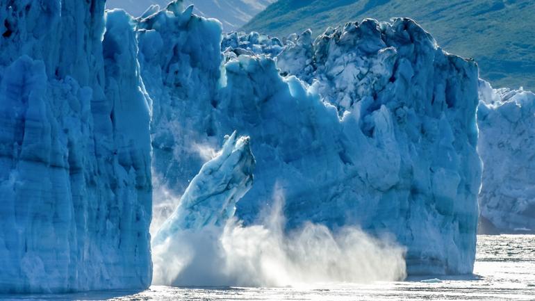 Isbre som smelter og detter i havet,