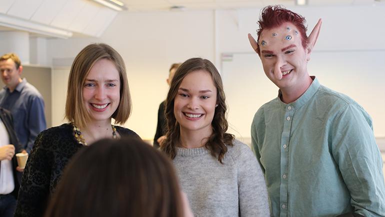 """Lærerstudent Trine Aas, flankert av Iselin Nybø og """"den perfekte lærer"""" fra USN. foto."""