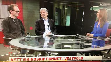 Professor i historie Bjørn Bandlien er ekspert på vikingtiden og vikingskip. Her i studio på TV2 Nyhetskanalen med klima- og miljøminister Ola Elvestuen. Skjermdump
