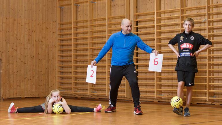 Erlend Ellefsen VInje i en gymsal med to elever