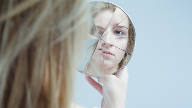 Person med rus og psykisk helseproblemer som ser jeg i speilet