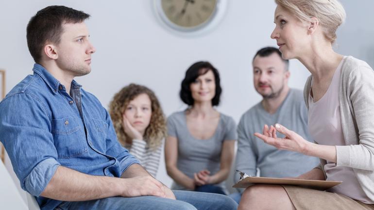 Person i behandling, med støtte av familie. Rus og psykisk helse.