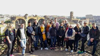 Lærerstudenter fra USN lærer mye av å dra på ekskursjoner, og nå har de vært i Roma. Gruppebilde