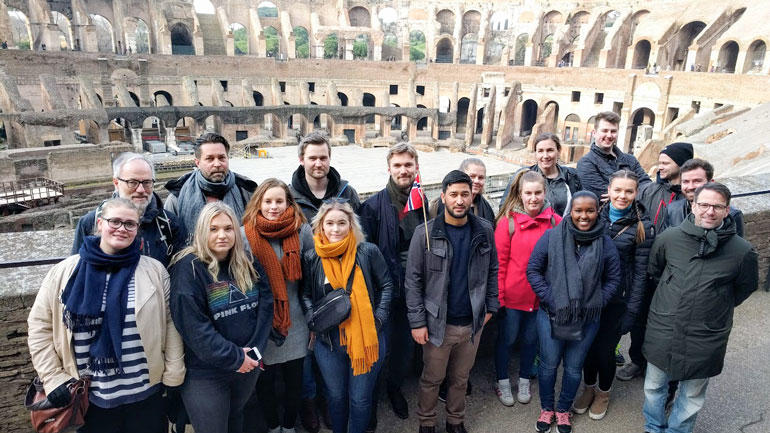 Lærerstudenter fra USN på studietur til Roma, og her er de inne i Colosseum. Gruppebilde