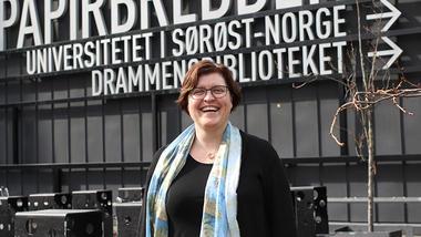 Anna Rigmor Moxnes ved campus Drammen. foto.