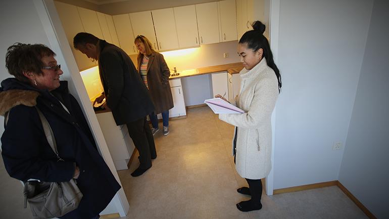 Hanna Kollevold studerer eiendomsmegling ved USN og er her ute i praksis hos meglerbedriften Eie Eiendom. foto.
