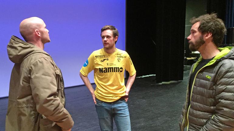 Skuespiller Andreas Koschisnki Kvisgaard i samtale med foreleser Jo Grønlund og Frode Telseth etter forestilling for idrettsstudenter på Universitetet i Sørøst-Norge.