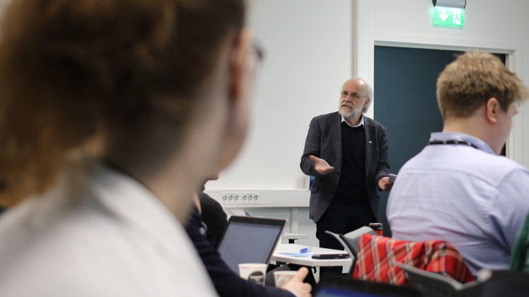 Petter Aasen taler til forsamlingen. Foto