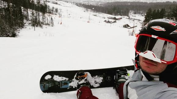 Utvekslingsstudent Mihailo på snowboard