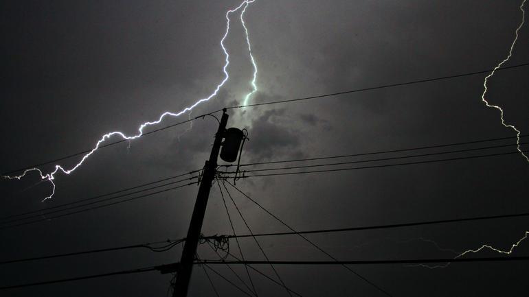 Er du forberedt hvis strøm og vann blir borte – lenge? Bilde av lynnedslag.