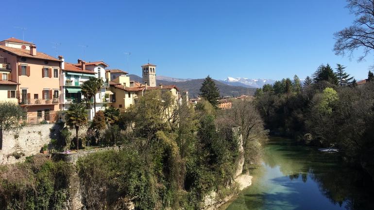 Utsikt over Udine i Italia, små hus og elven