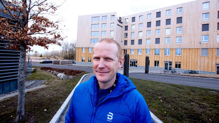 Christian Berg protrett foran nytt bygg med studenthybler i Vestfold