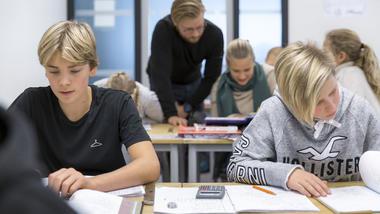 Student i klasse - praksis på Ringshaug ungdomsskole.