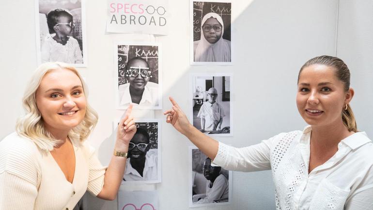 Malin Stensson og Kine Kvear Hellingsrud viser bildet av Deborah fra Tanga i Tanzania, som er et av barna som har fått briller.