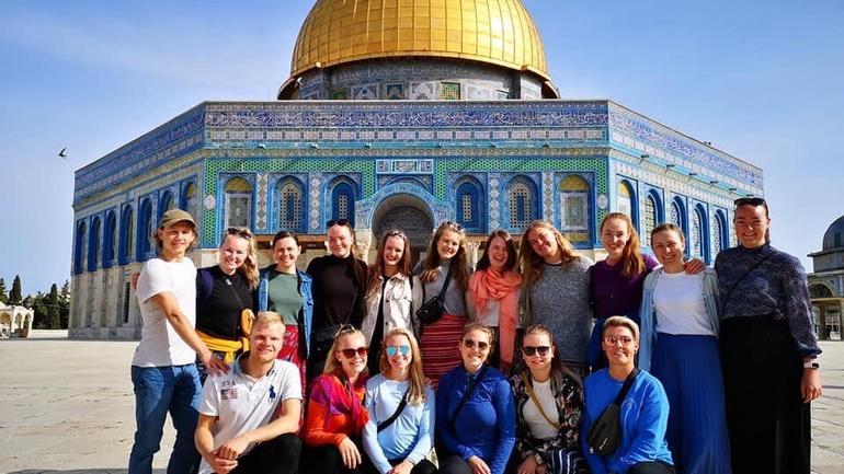 Studenter i Jerusalem utenfor Moske