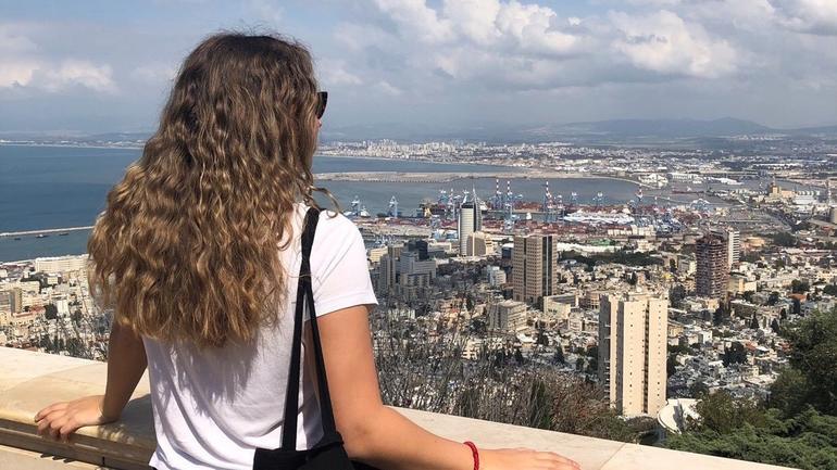 Student på utveksling ser utover by i Israel