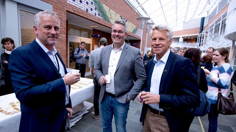 Nærbilde av Torben Jepsen fra Grenland Havn, Audun Røsjorde fra Gassnova og prorektor Nils Kristian Bogen under serveringen.