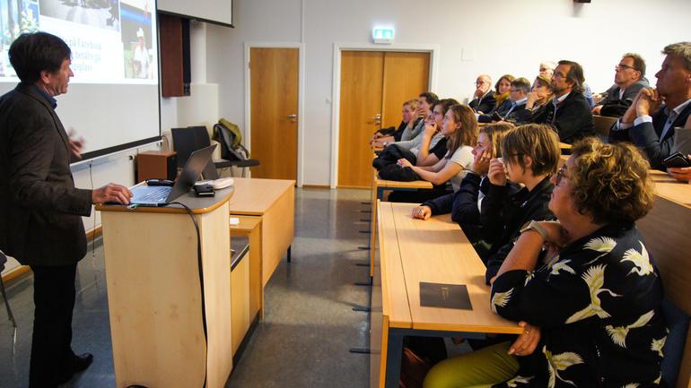 Professor Per Egil Pedersen fortalte om det nye forskningsprosjektet på REKO-ringer under et møte på Gjennestad videregående skole i Stokke.