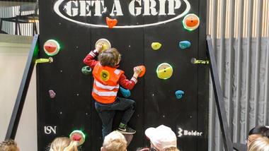 Barnehagebarn tester klatrevegg som ingeniørstudenter på Kongsberg har laget. Foto