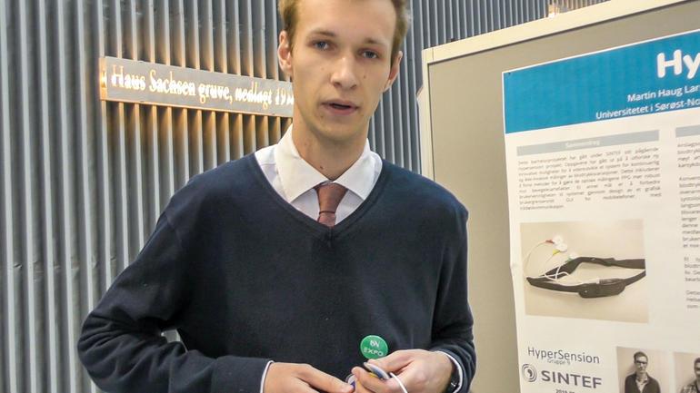 Ingeniørstudenter på Kongsberg har jobbet med videreutvikling av en ny type blodtrykksmåler, på oppdrag av Sintef. Foto av en av studentene