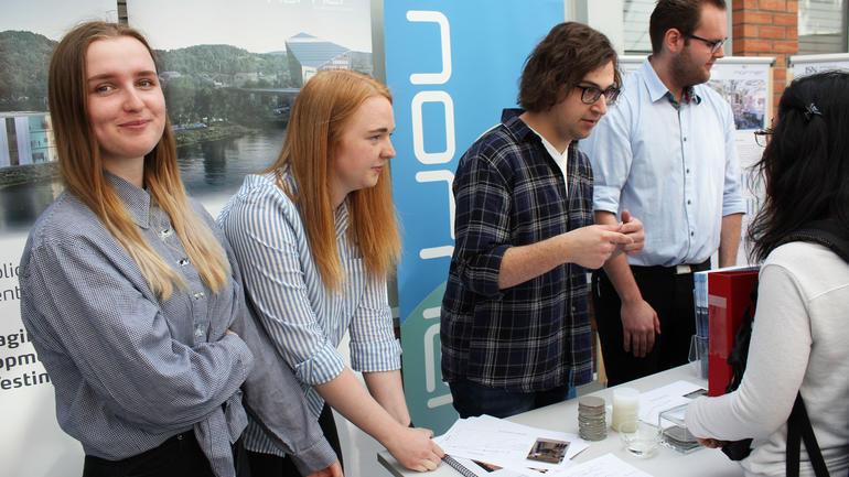 Ingeniørstudenter i Porsgrunn har jobbet med resirkulering av plast, på oppdrag fra bedriften Norner. Foto av dem på stand.