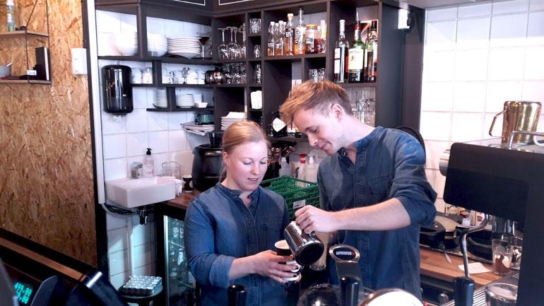 Linda Odenius og Marcus Norbakken skjenker kaffe bak disken på kafeen Åtte