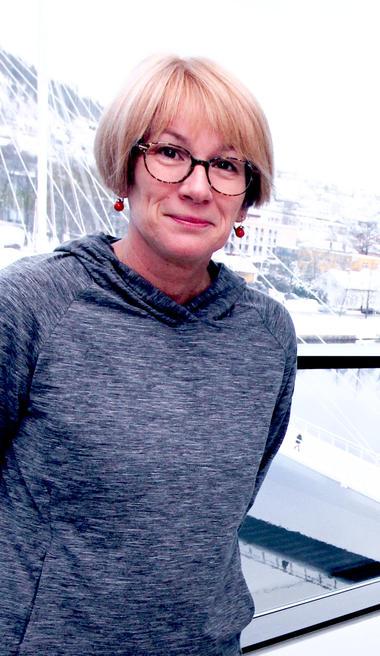 Professor Elsa Kristiansen har forsket på stress hos norske fotballspillere. Foto av henne