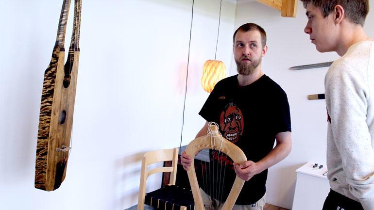 Student Olav Barstad Hansen og instrumentet han har laget i tre.