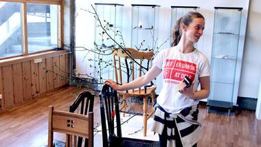 Folkekunststudent Maja Nielsen viser frem spisestolene som hun har reparert med brusflasker.