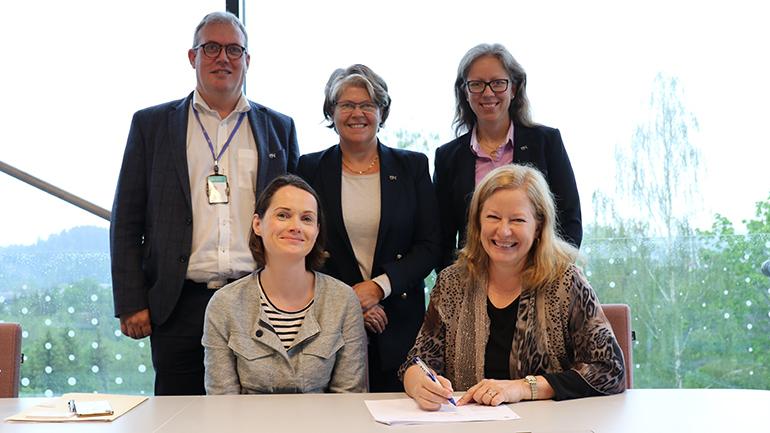 Bjørn Ove Grønseth, Anne Bang Lyngdal, Karen Stendal og Therese Dille ved USN og Margaret L. Williams ved TTU signerer dobbeltgrad-avtale på campus Ringerike. foto.