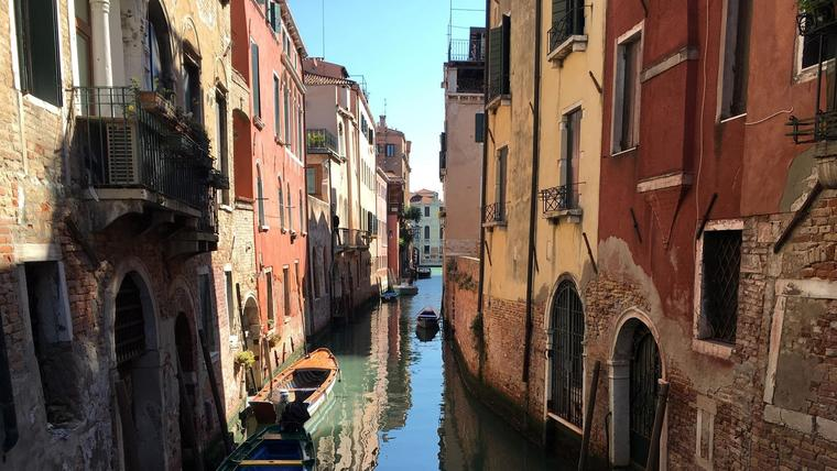 Utsikt utover kanalene i Venezia i solskinn
