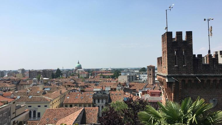 Utsikt utover hustak i Italia