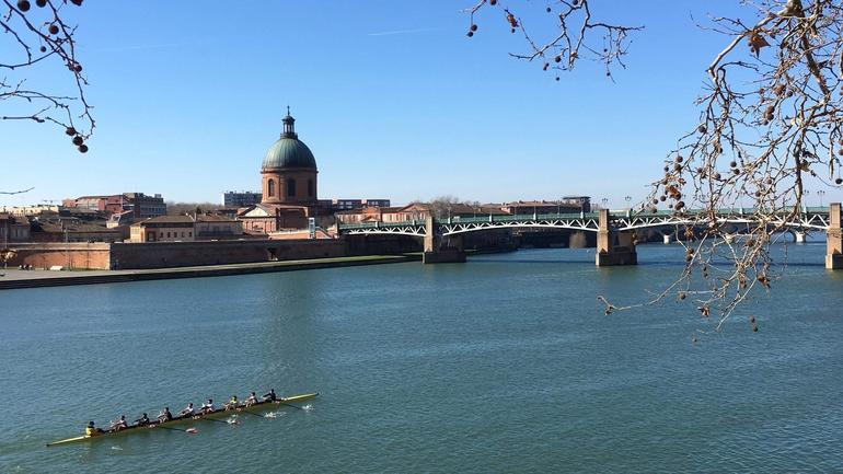 En robåt på elven i Toulouse