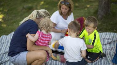 Barnehagebarn ute på piknikk