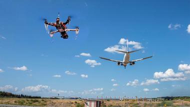 Illustrasjonsfoto med drone i lufta nær flyplass