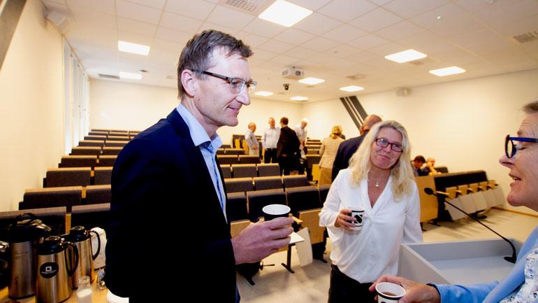 Rådgiver Geir Morten Johansen fra fylkeskommuen med en kaffe i hånda snakker i en pause med Eli Aamot og Irene SIljan Vestby.