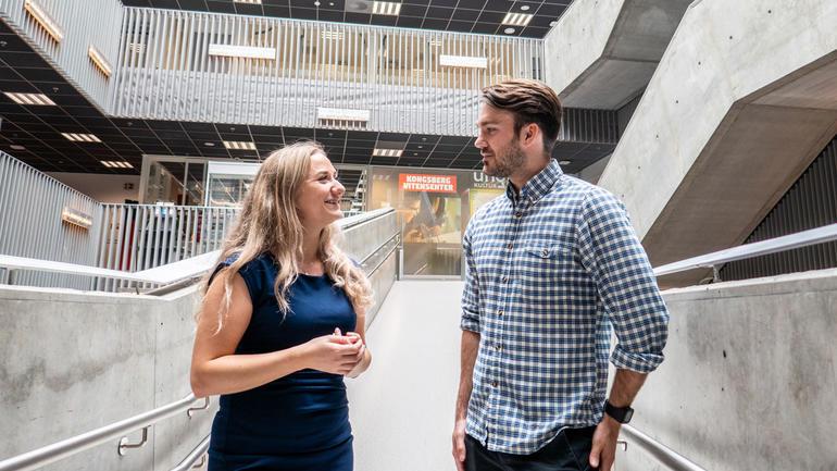 – Det har vært veldig bra å jobbe på denne måten og kunne bruke industrien som laboratorium, sier masterstudentene Malin Guntveit og Runar Tunheim Aarsheim. Foto av dem
