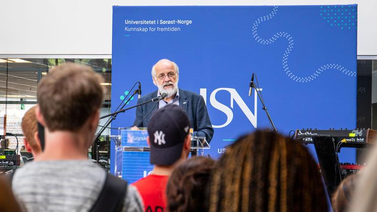 Rektor Petter Aasen taler til studentane under den offisielle opninga av studieåret ved campus Drammen. Foto