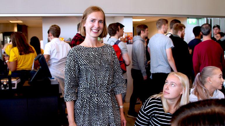 Statsråd Iselin Nybø snakker med studenter