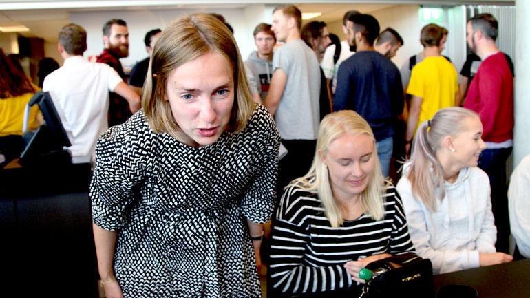 Iselin Nybø snakker med USN-studenter på studiestart