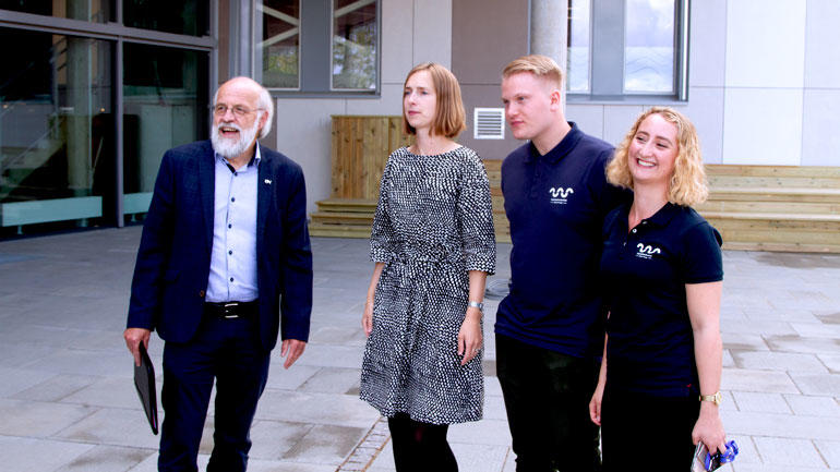 Rektor Petter Aasen, statsråd Iselin Nybø opppstilt utenfor sammen med studentene Jesper Bekkevoll og Karoline Lie.
