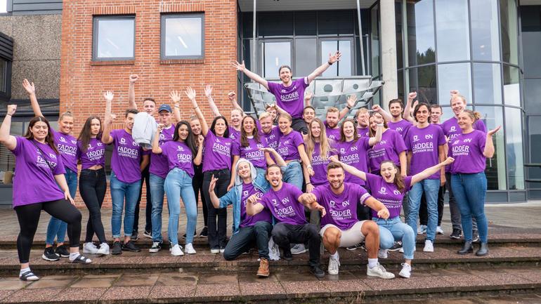 Fadderne på campus Notodden klare til å ta imot nye studenter. Gruppebilde