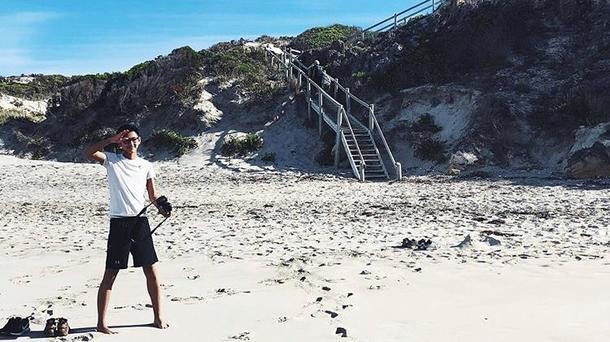 Utvekslingsstudent Tommy på stranden i Australia