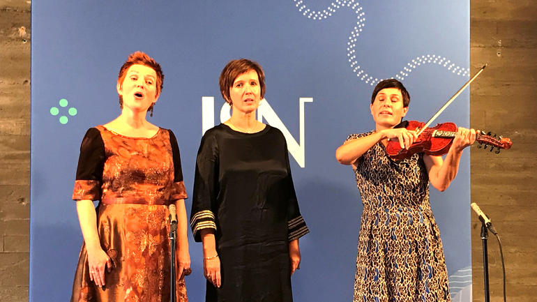 Trio Mediæval på scena. Foto