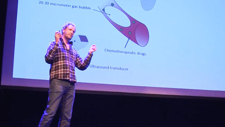 "PhD student Kenneth Kirkeng Andersen on stage during ""Utforsk 2018"". Photo from video."