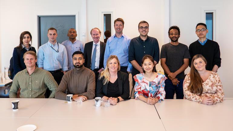 FLERE DOKTORGRADER: Det er 15 stipendiater på programmet nå. Her er de fleste av dem, sammen med programmets leder professor Kåre Sandvik (bakerste rekke, med slips). Foto