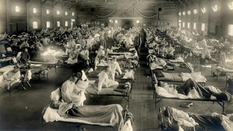 Soldater fra Fort Riley, Kansas, syke med spanskesyke på en sykehuspost ved Camp Funston.