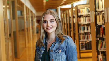 Historiestudent Helene Økland har fått hele forsiden på et internasjonalt vitenskapelig tidsskrift med en master-artikkel om spanskesyken i USA. Bilde av henne