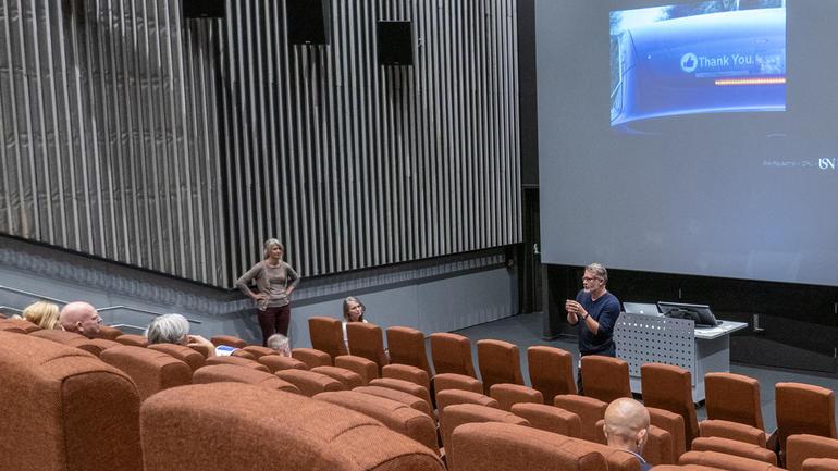 Are Røysamb forteller om lysdesign og smarte byer, til klima- og miljøminister Ola Elvestuen. Foto