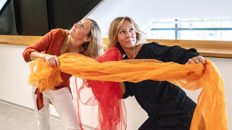SPESIELL VIDEREUTDANNING: Fv: Kari Evelin Arellano Lorentzen og Savannah Rosén tar videreutdanning i danse- og bevegelsesterapi på USN. (Foto: Jan-Henrik Kulberg)